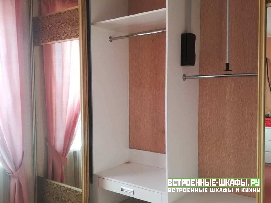 Встроенный шкаф купе с вставками из искусственной кожи