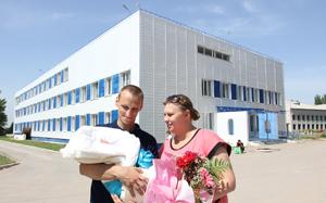 Молодая семья на фоне нового роддома г. Фролово, фото взято с просторов Яндекса