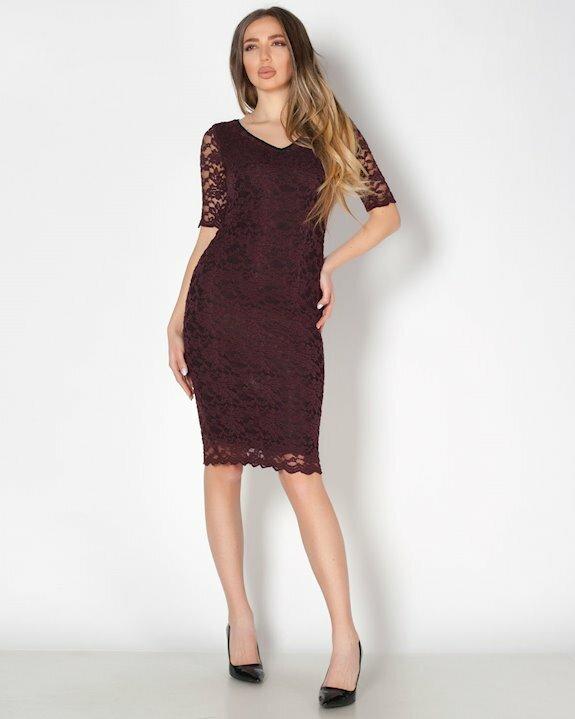 Дантелена рокля с ръкав около лактите в цвят марсала и черен хастар.