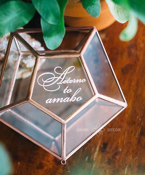 выгравированный текст на шкатулке из стекла рубин, для свадебной церемонии