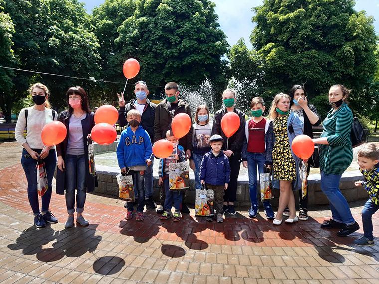 Активисты Партии Шария поздравили детей Никополя - фото