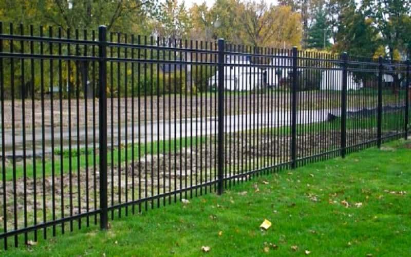 Сварной забор на винтовых сваях