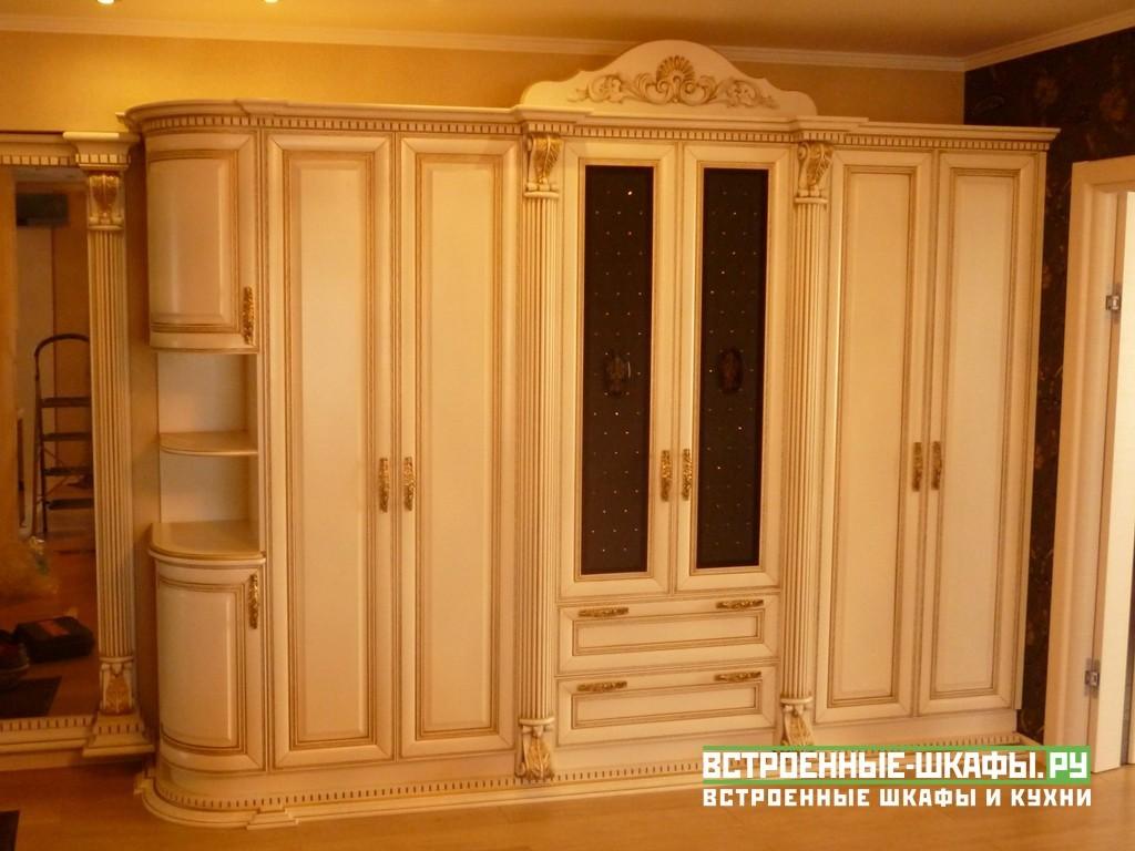 Шкаф из массива дерева классика с зеркалом в декоре