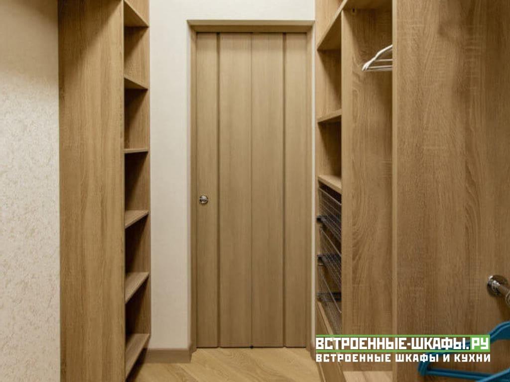 Стеллажи в гардеробную комнату из ЛДСП с туалетным столиком