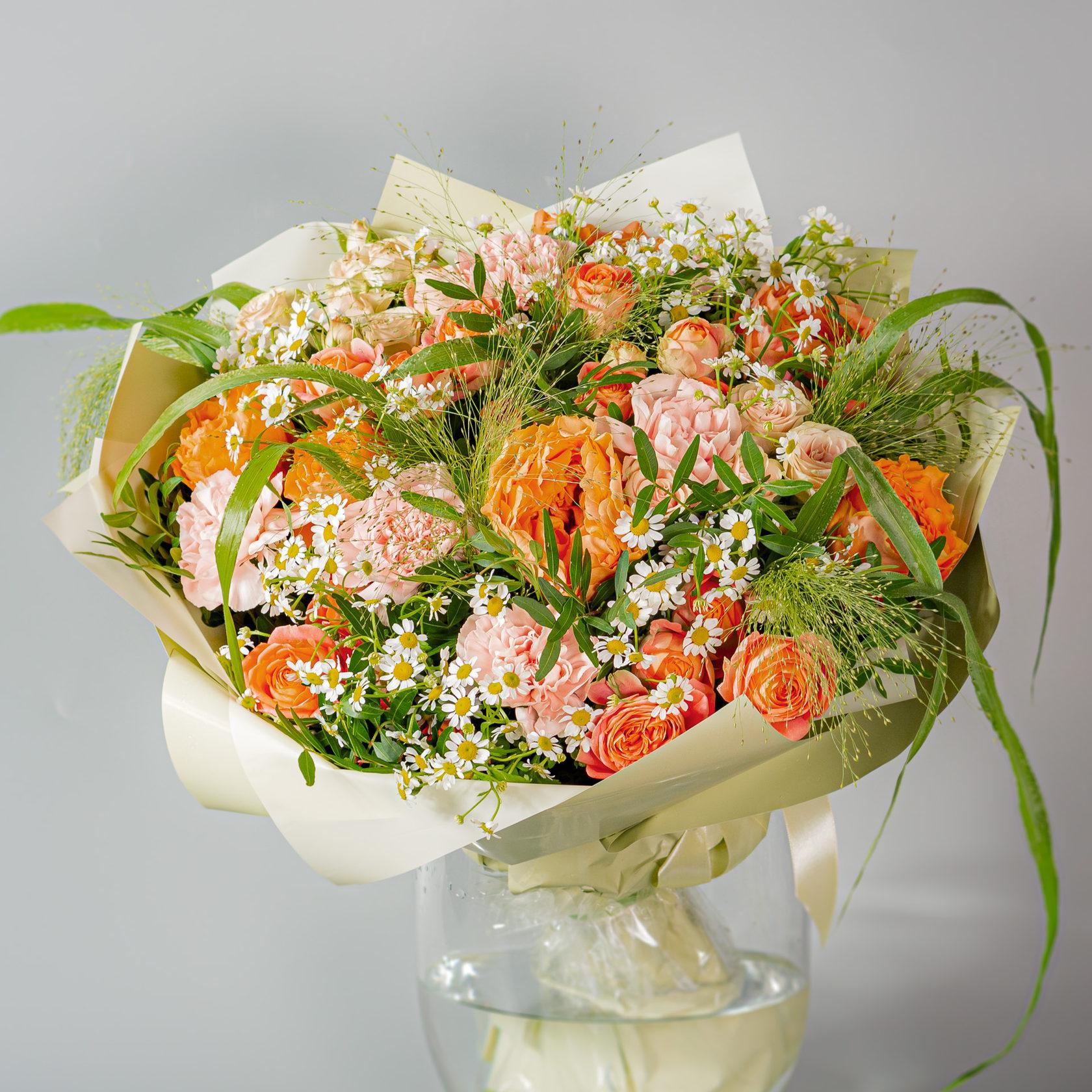 Букет с кустовыми розами и гвоздиками, букет лилией