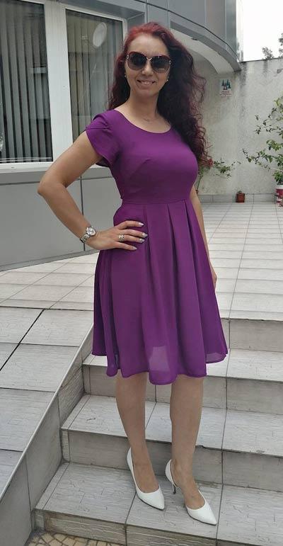 Елегантна лилава рокля с къс ръкав, представена от клиентка на Ефрея.