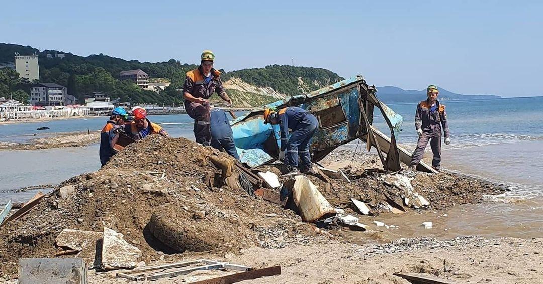 Разбор последствий стихии на прибрежной полосе в Лермонтово