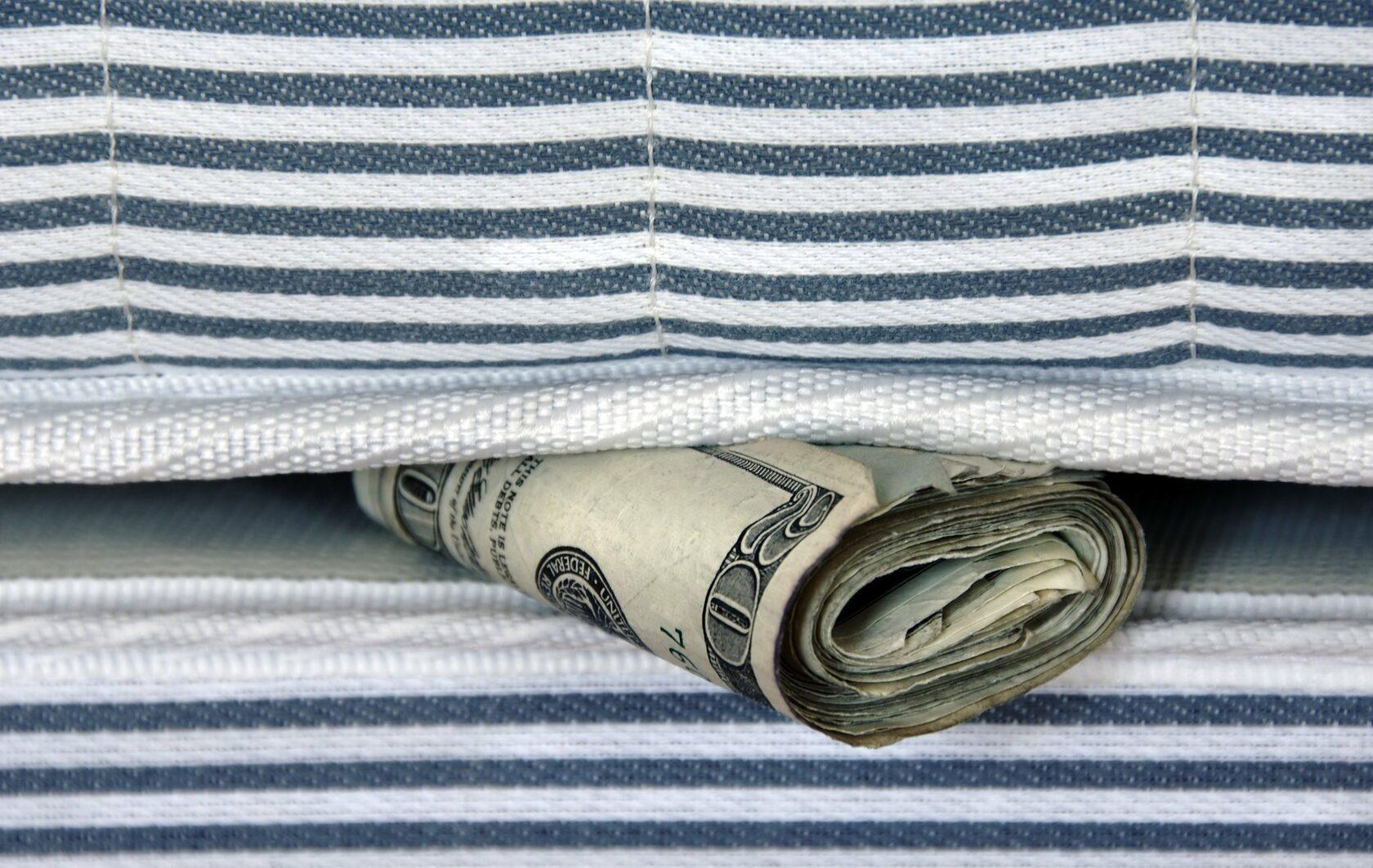 Украинцы должны вытащить всю наличку «из-под матраса», отнести ее в банк и заплатить за это 5% налога.