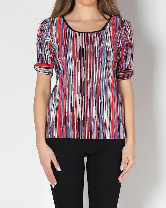 Дамска блуза с тънки вертикални райета, които правят фигурата по-слаба.