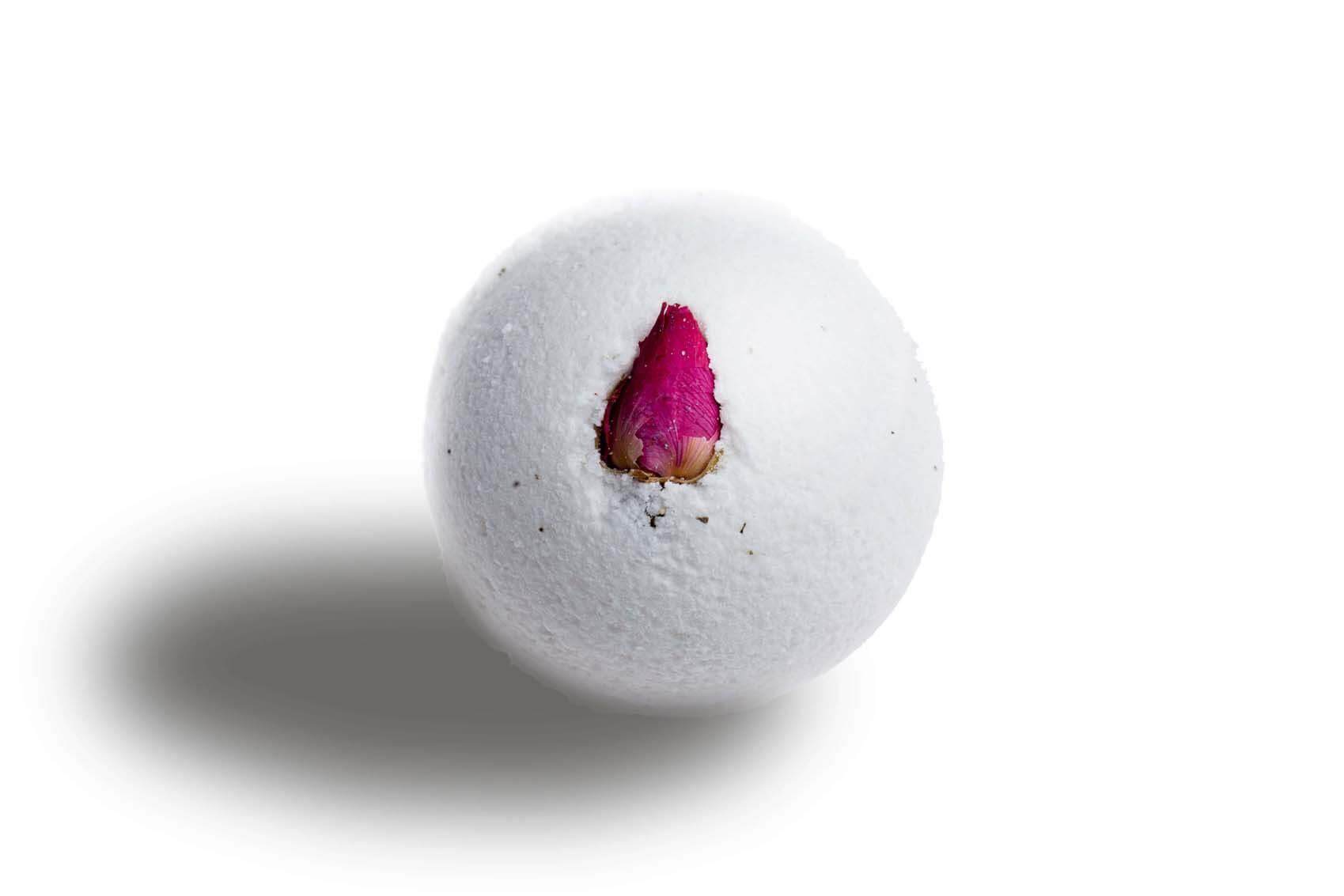 Бомба для ванны с миксом эфирных масел жасмина и иланг-иланга не только обладает терапевтическим арома-эффектом. Помимо выраженного действия афродизиаков в ее запахе, в процессе ее растворения вас ждет сюрприз - маленький розовый бутон, спрятанный внутри бомбы. Он и облако чувственного запаха - вот и все следы, которые останутся после ее применения - в бомбе нет никаких красителей, и она не оставляет разводов на поверхности ванны.