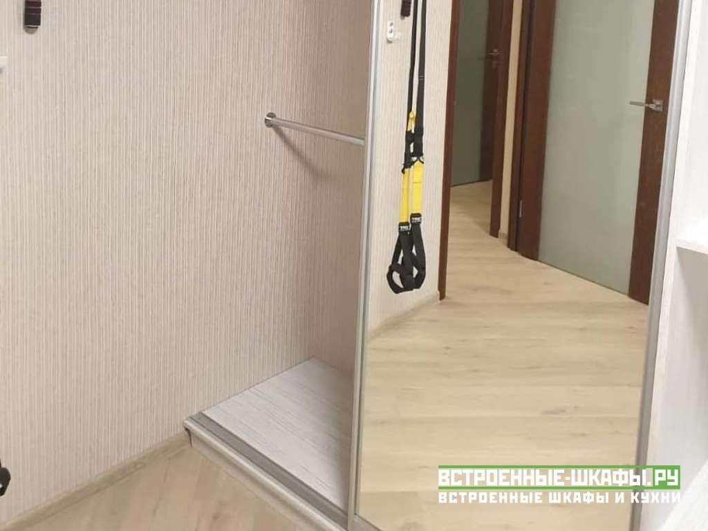 Шкаф купе с угловым столом около окна в спальную комнату