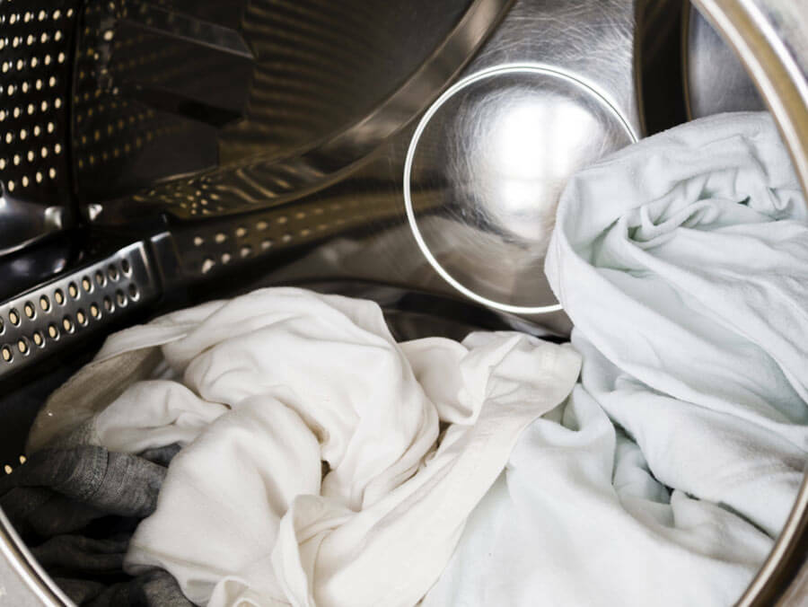Ако е възможно перете белите дрехи отделно в пералнята, за да избегнете оцветяване от дънки и дрехи, които изпускат боя.