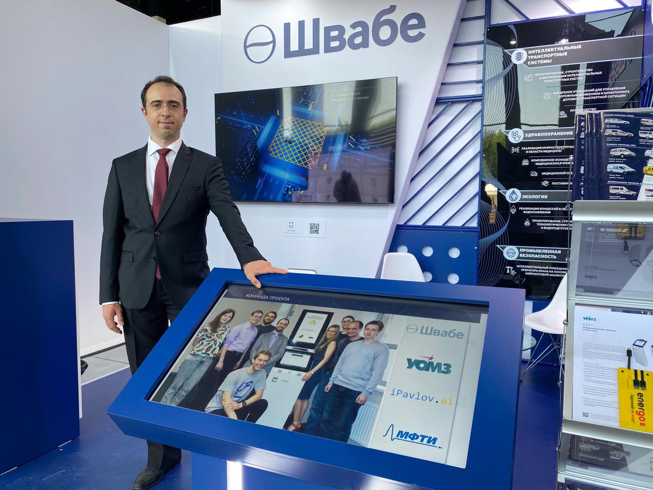 Фотография генерального директора инновационной ИИ-компании iPavlov Лорана Акопяна с автоматизированным ИИ-терминалом управления потоками пациентов на ЦИПР 2021