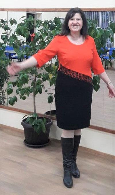 Вталена дамска рокля в комбинация от черно и оранжево, произведена от Ефрея.