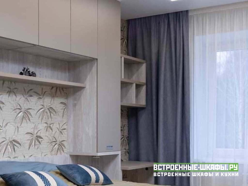 Шкаф вокруг кровати со стольком в спальной комнате