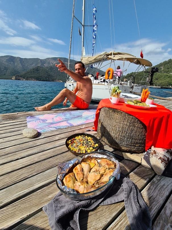 Иногда мы едим на яхте, а иногда нет)
