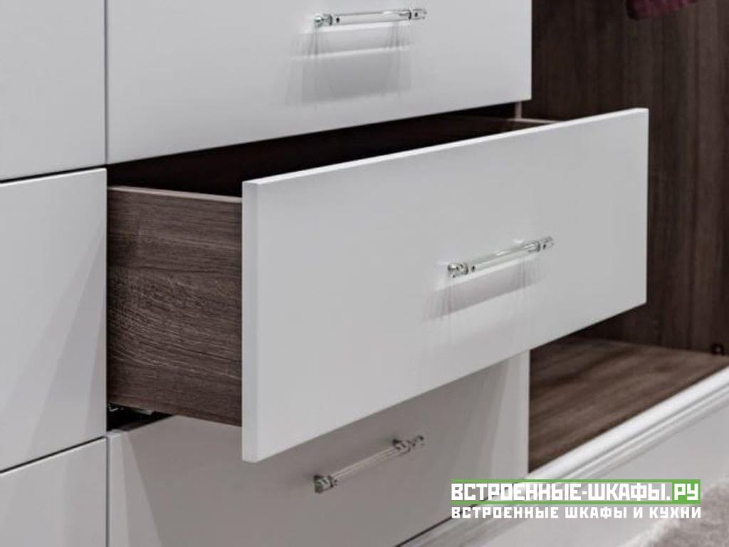Встроенные шкафы в гардеробную комнату с раздвижными дверьми