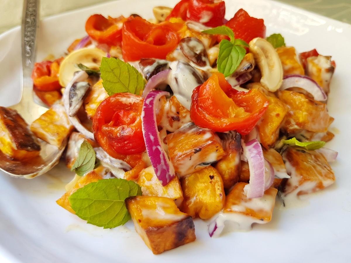 Полезный салат: батат, сладкий перец, оливки, орехи, соус тахини. Вкусный Израиль.