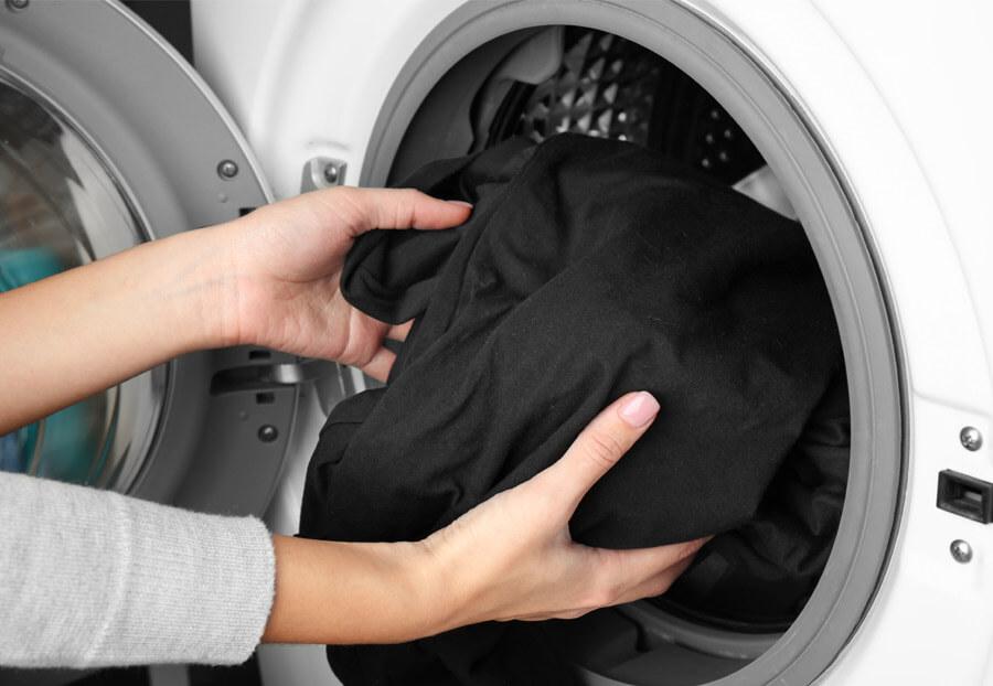 Ако може перете черните дрехи отделно в пералнята, за да не оцветят белите и светли дрехи.