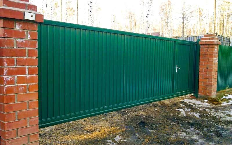 Откатные ворота из профнастила цвет зеленый со встроенной калиткой