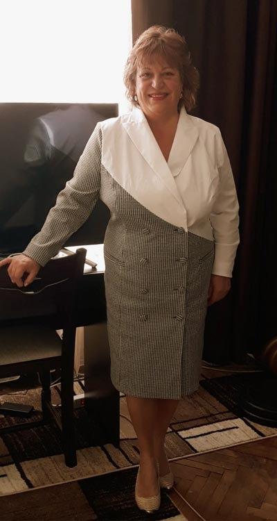 Марги Паскалева с красива дамска рокля тип манто от Efrea.
