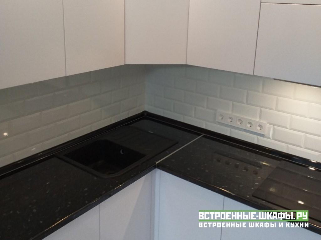 Современная угловая кухня белого цвета в стиле модерн