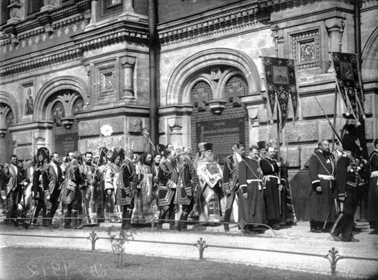 Освящение храма Воскресения Христова Крестный ход с южной стороны здания. 1907 год.