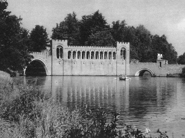 Готический мост в усадьбе Марфино (кстати она когда-то тоже принадлежала тем же самым Голицыным). Существует и поныне, ветшает.
