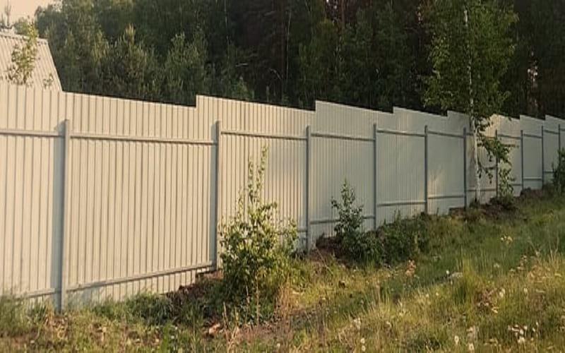 Забор из профнастила цвет белый