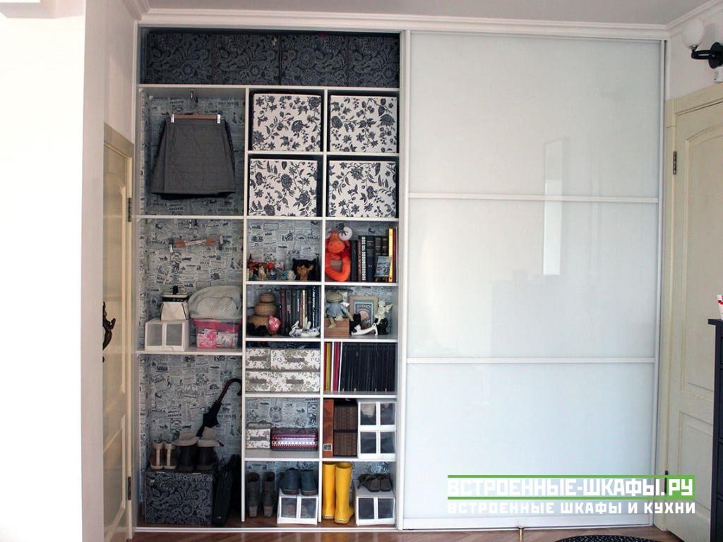 Встроенный белый шкаф купе со стеклами в пленке Oracal
