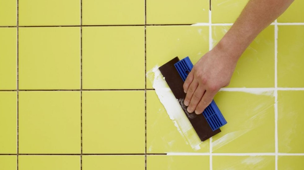 2. Далее, приступайте к облицовке стен и затирке швов.