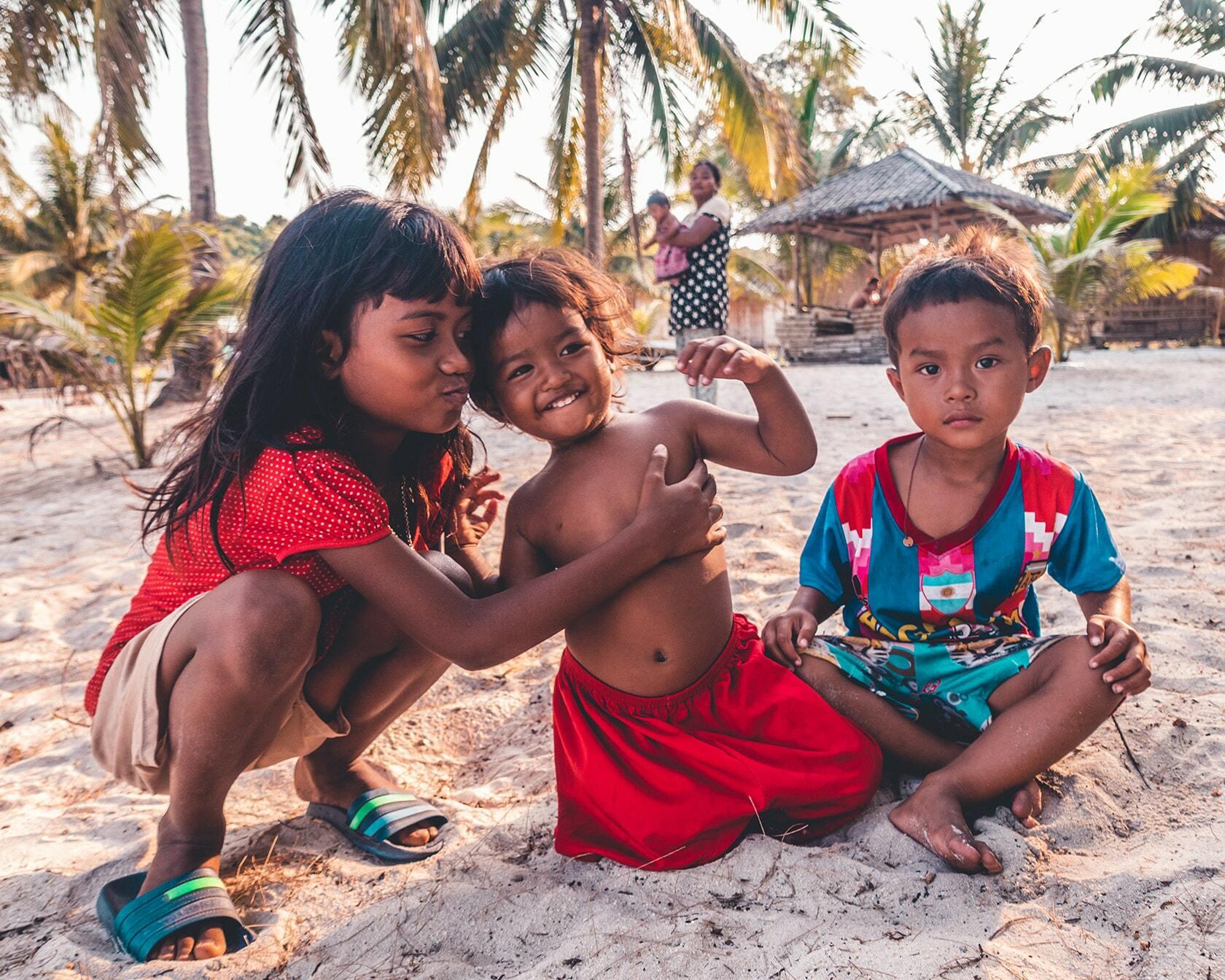 Foto van Cambodjaanse kinderen op het strand uit fotografie collectie mensen van Simon Wijers