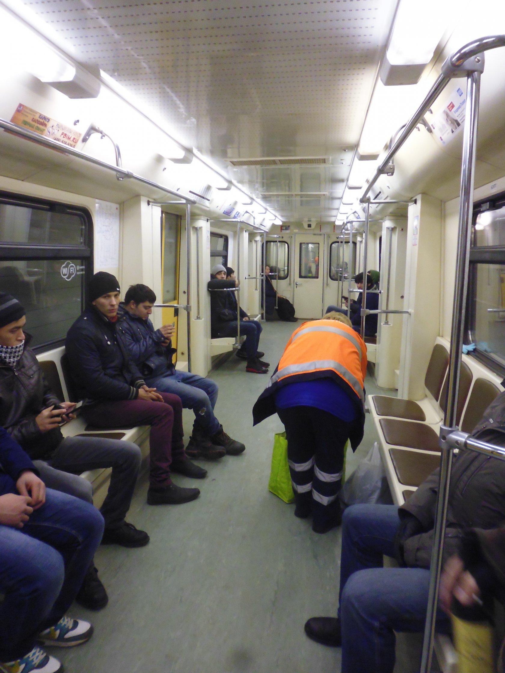 Страпонами, девушку гладят в метро