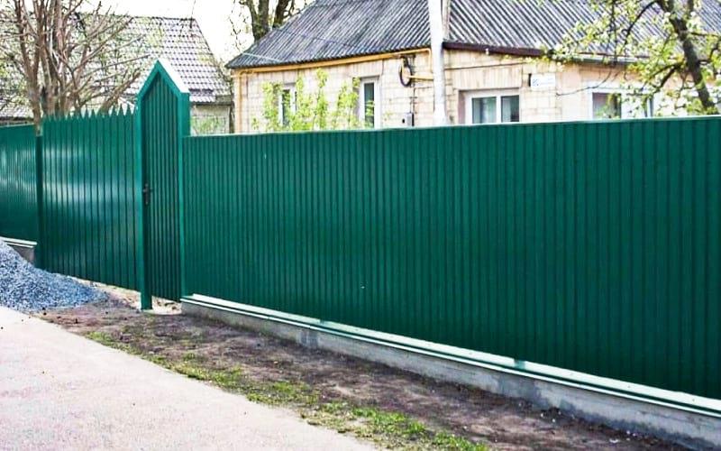Забор из профнастила с стилизованными элементами