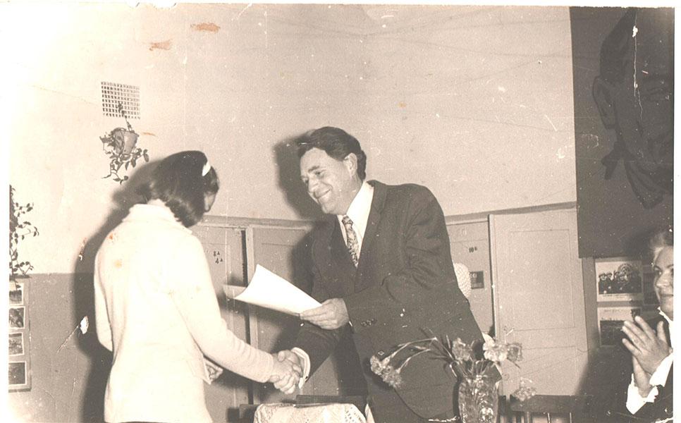 1975 г. Е. Ушанев  вручает ученице 10 кл Черненко грамоту.