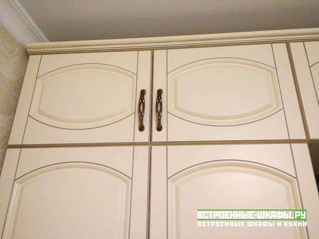 Встроенный шкаф вокруг двери буквой П в спальне