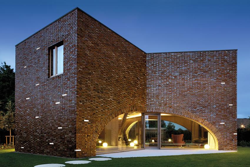 Фасад со световым кирпичом