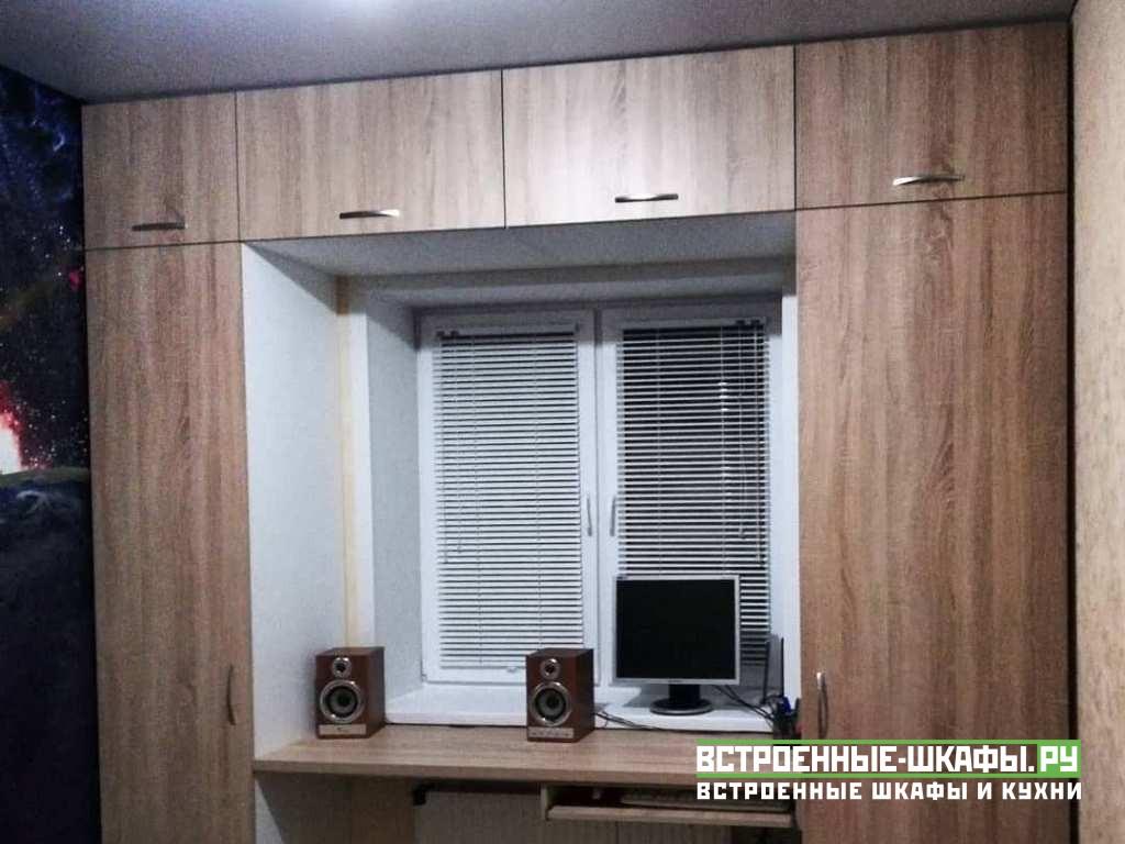 Распашные шкафы с антресолью и столом вокруг окна