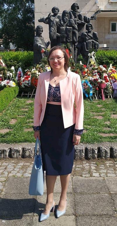 Клиентка на онлайн магазин efrea.com с нов модел рокля и розово сако.