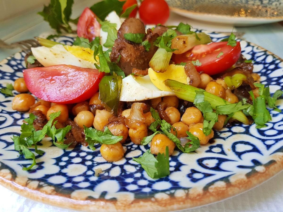 Салат с нутом и куриной печенью. Блог Вкусный Израиль.