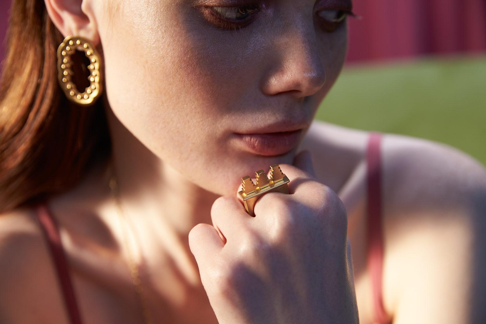 Крупные золотые, серебреные и позолоченные украшения. Кольцо, серьги. Впечатление, эгоизм, индивидуальность.
