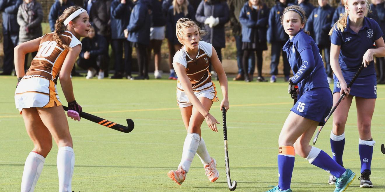 Женская игра в английский хоккей