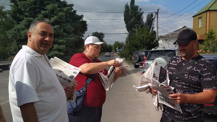 Шарийцы на акции по раздаче газеты - фото