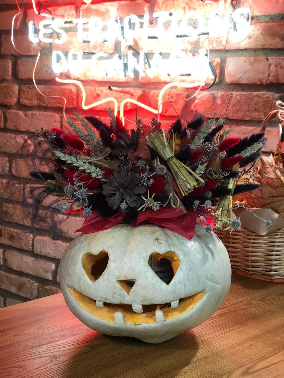 Тыква на Хэллоуин декорированная цветами