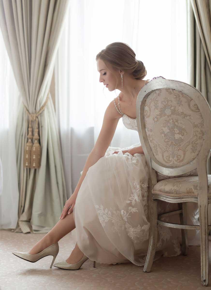 Низкий свадебный лаконичный пучок для невесты Екатерины
