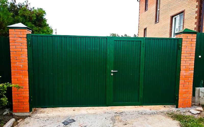 Распашные ворота из профнастила со встроенной калиткой