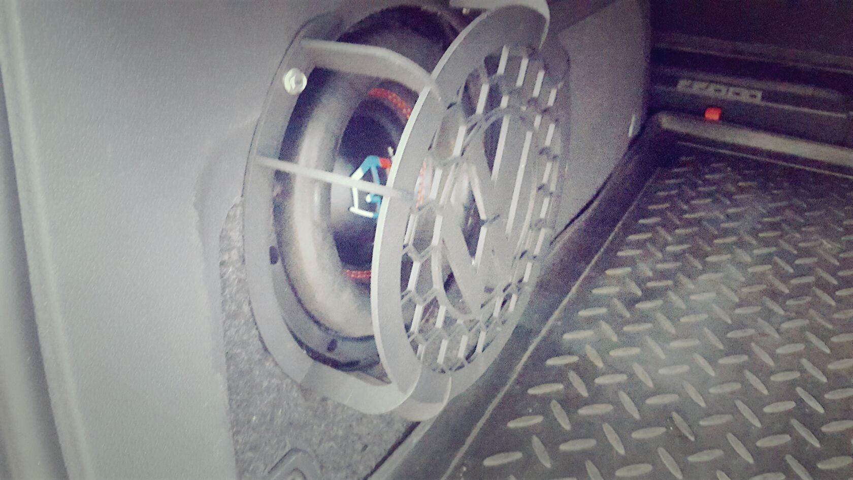 установка сабвуфера в крыло стелс тоуран фольксваген