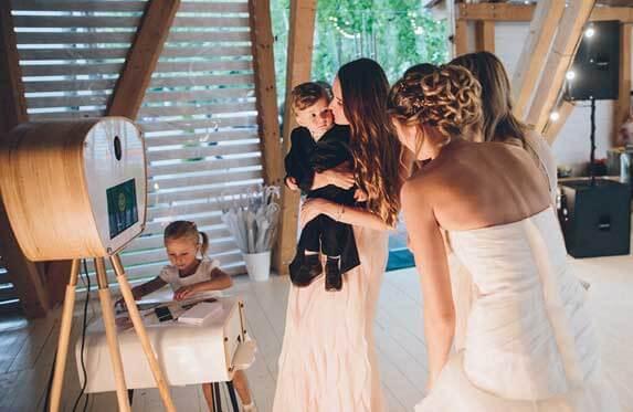 фотобудка с подружками невесты на свадьбе