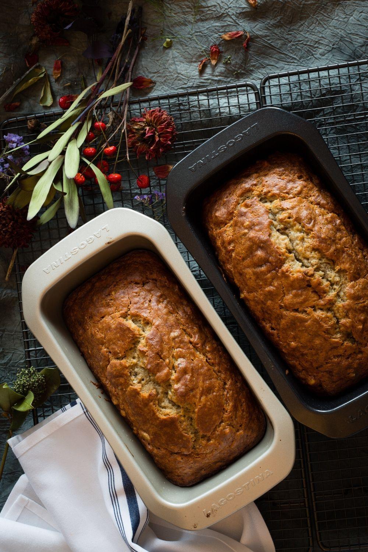 Фото свежевыпеченного хлеба с хрустящей корочкой, в формах