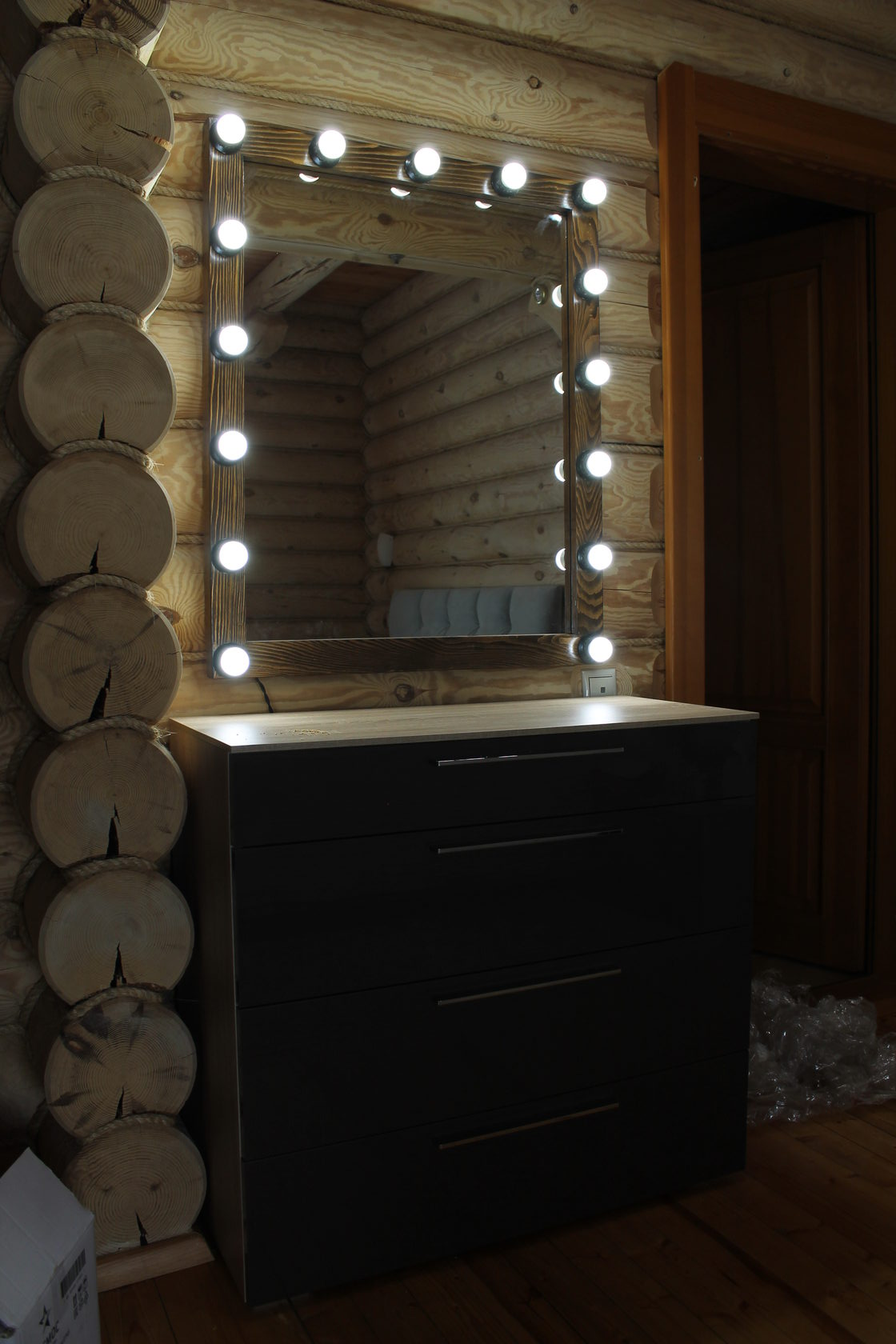 Гримерное зеркало рама массив пихты, цвет темный орех выключатель справа провод 2 метра
